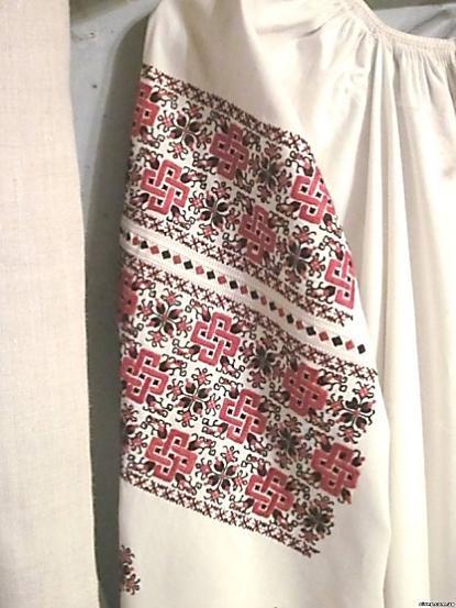 Для вишиванок Дніпропетровщини характерна червоно-чорна кольорова гама. На  жіночих сорочках часто зустрічається більш широка гама кольорів 923945fbe5685